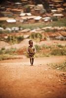未舗装の道を歩くウガンダの子供