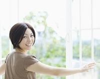 振り向く日本人女性