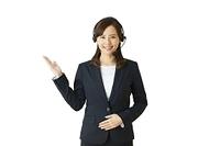 案内する日本人女性