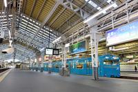 大阪府 阪和線 ホームに停まる103系普通電車 高窓車