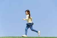 芝生の上を走る女の子