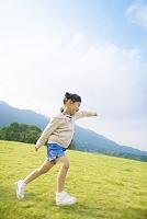 走る日本人の女の子