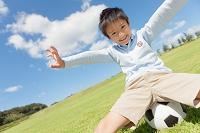ボールに座っている笑顔の日本人の男の子