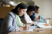 図書館で勉強する外国人女性