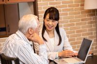 ビジネスウーマンの説明を聞くシニアの日本人男性