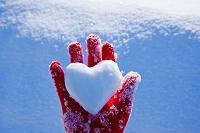 ハートの雪玉と手