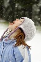 雪を食べる女の子