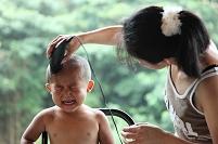 散髪をする子供