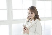 携帯電話を見るビジネス女性