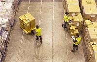 倉庫で働く労働者