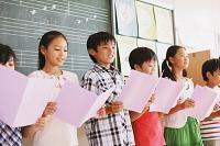 合唱をする小学生達
