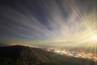長野県 大町市 鷹狩山 月夜の大町と安曇野方向の夜景と常念岳な...