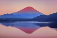 山梨県 逆さ富士と本栖湖