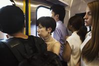 満員電車に乗る日本人女性