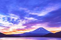 山梨県 本栖湖からの富士山の朝焼け