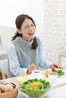 朝食を食べる中高年日本人女性