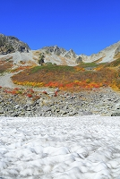 長野県 涸沢カールの雪渓と涸沢岳と涸沢槍