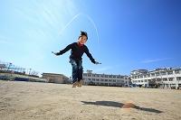 縄跳びで遊ぶ日本人の子供