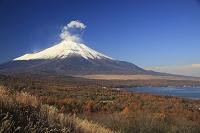 雲たなびく富士山と山中湖