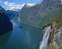 ノルウェー フィヨルドへ落ちる滝