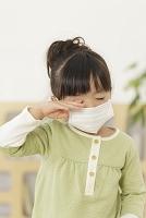 マスクをして目をこする日本人の女の子