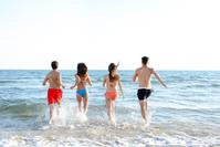 海に入る外国人グループ