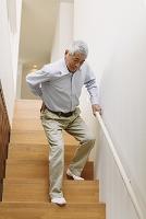 腰を痛めるシニアの日本人男性