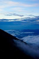 山梨県 ガス駆け上がる富士山八合目の斜面と下界