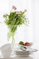 食器と花瓶の花