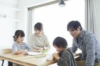 リビングで団らんをする日本人家族