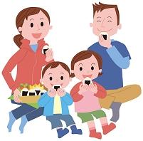 お弁当を食べる家族
