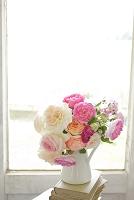 窓辺に活けた可憐なバラの花