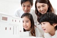 建築模型を見ている家族