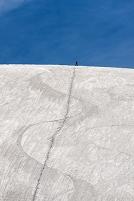 富山県 雪の大谷のスノーボーダー