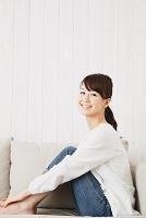 ソファでくつろぐ笑顔の日本人女性
