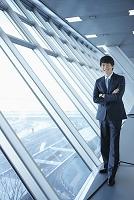 窓辺に立つビジネスマン