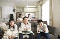 テレビを見る子供たち