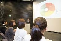 プレゼンテーションをする日本人ビジネスパーソン
