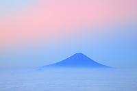 山梨県 国師ヶ岳 夜明けの富士山と雲海の山並み