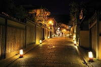京都府 東山花灯路 ライトアップされた八坂道