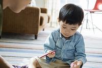 お絵描きする日本人親子