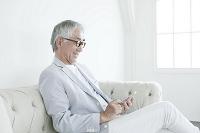 スマートフォンを操作する中高年日本人男性