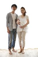 日本人の赤ちゃんを抱く夫婦