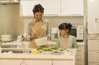 キッチンの日本人親子
