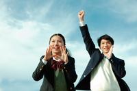 応援する女子高校生と男子学生