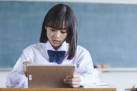 タブレットで授業を受ける女子中学生