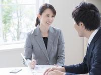ミーティングをする日本人ビジネスウーマン