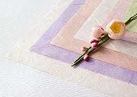 色とりどりの和紙と桃の花