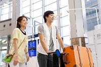 空港を歩くカップル
