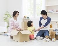 荷造りする日本人家族